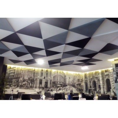 Paneles Acústicos decorativos en techo para absorber el ruido y bajar la reverberación y el eco de un restaurante.