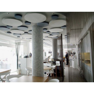 Circulos acusticos fonoabsorbentes EliAcoustic instalados en techo para reducir ruido en restaurante