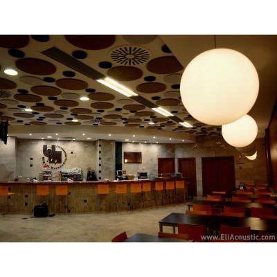 Panel fonoabsorbentes circular de EliAcoustic instalado en techo para reducir ruido, reverberacion y eco en Cafeteria