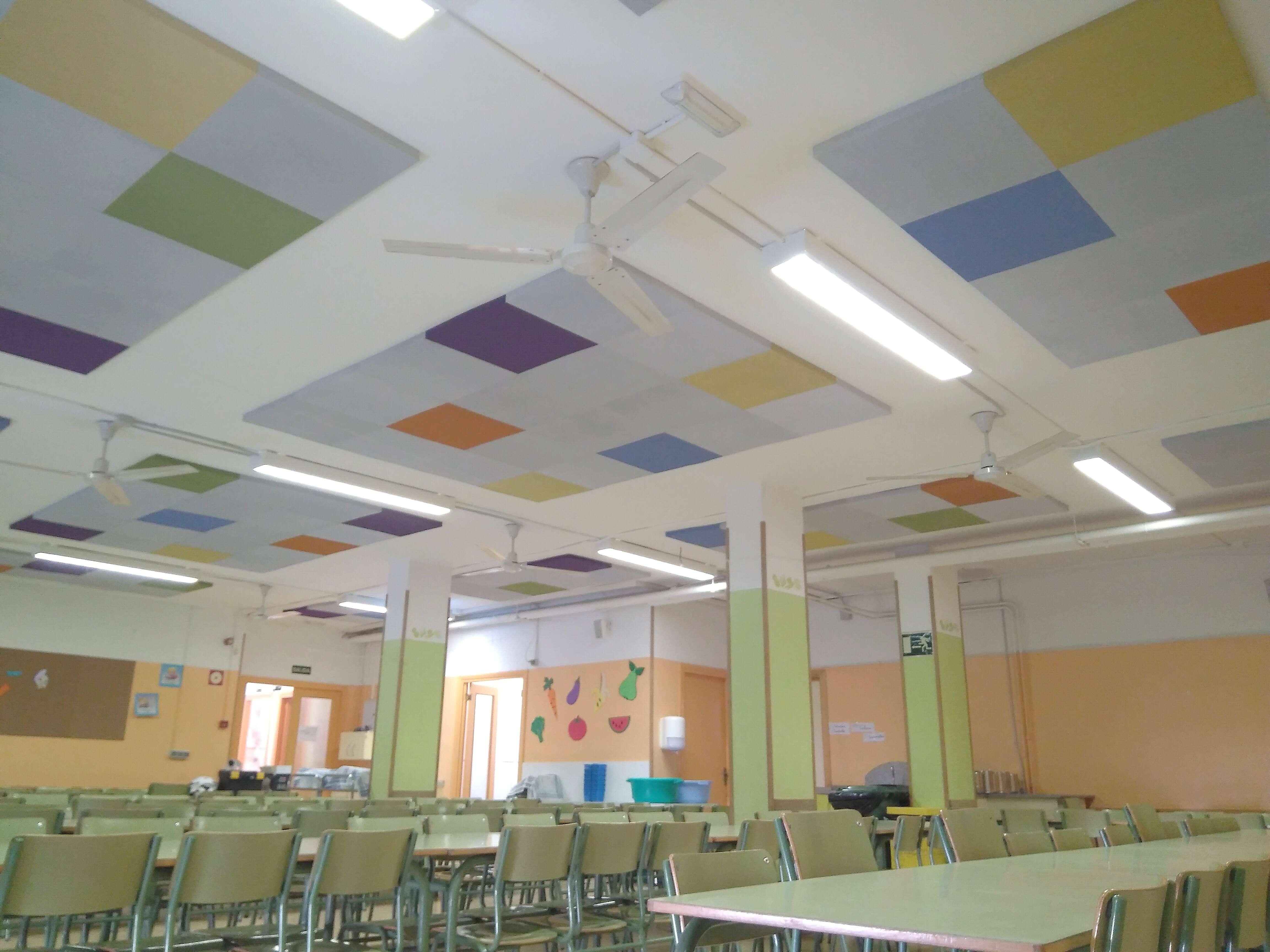Comedor escolar con combinación de colores de paneles absorbentes