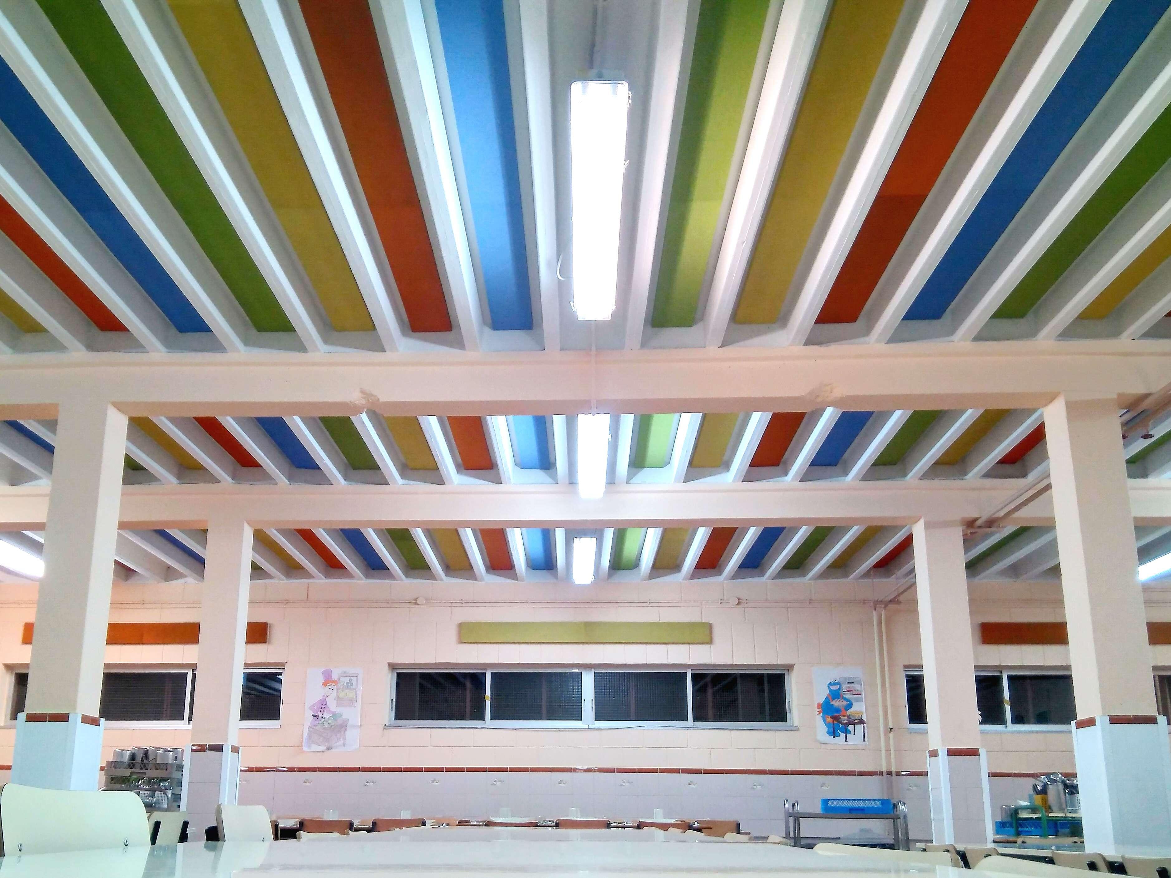 Colocación de paneles acústicos en un entrevigado. Paneles de colores fonoabsorbentes.
