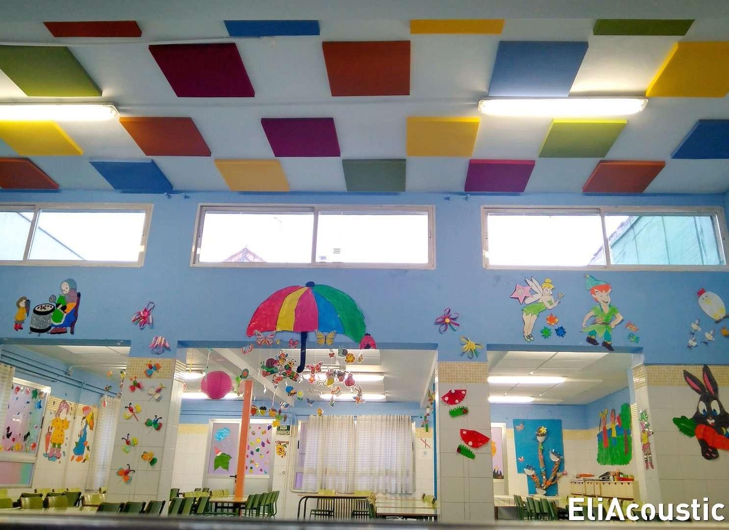 Paneles acústicos en comedor escolar con diferentes alturas de techo