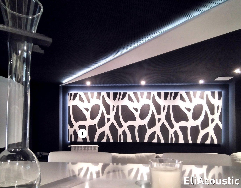 Paneles acusticos decorativos iluminados en un cine en casa