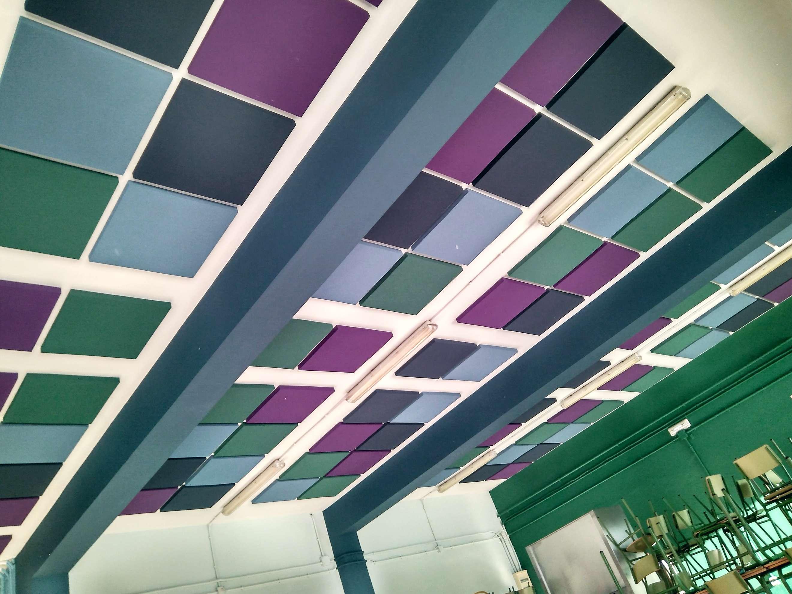 Insonorizacion. Reducción de ruido y reverberacion en comedor escolar con colores a juego